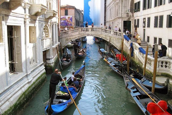 Venetian Indoor Canals: Real gondoliers on the fake canals of Macau